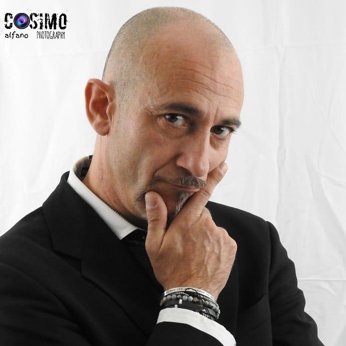 #CabaretShow - nella foto Fabio Cavallari con mano sotto il mento