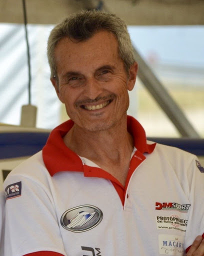 Waterfestival Viverone - Fabrizio Bocca organizzatore dell'evento, uomo di mezza età con baffi, brizzolato, con maglia sportiva bianca con colletto rosso
