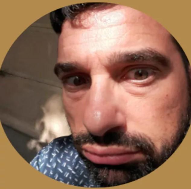 #CabaretShow - Francesco Nascetti in primo piano con barba e baffi