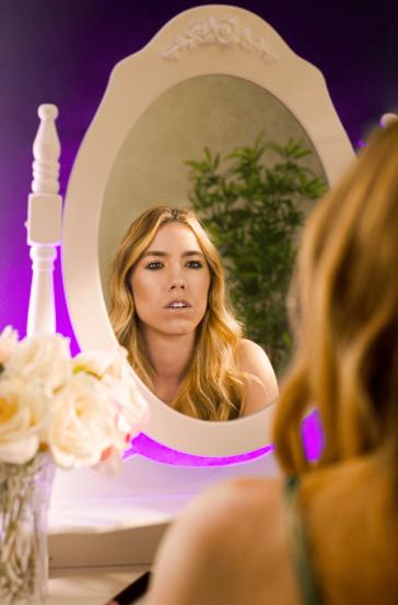 miami pisoia giorgia giacometti. nella foto la cantante davanti ad uno specchio rotondo, dalla cornice bianca