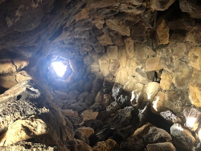 Sardegna l'interno di un nuraghe