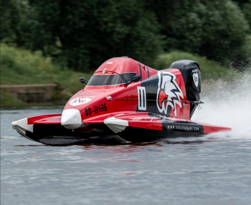 Un motoscafo da corsa rosso