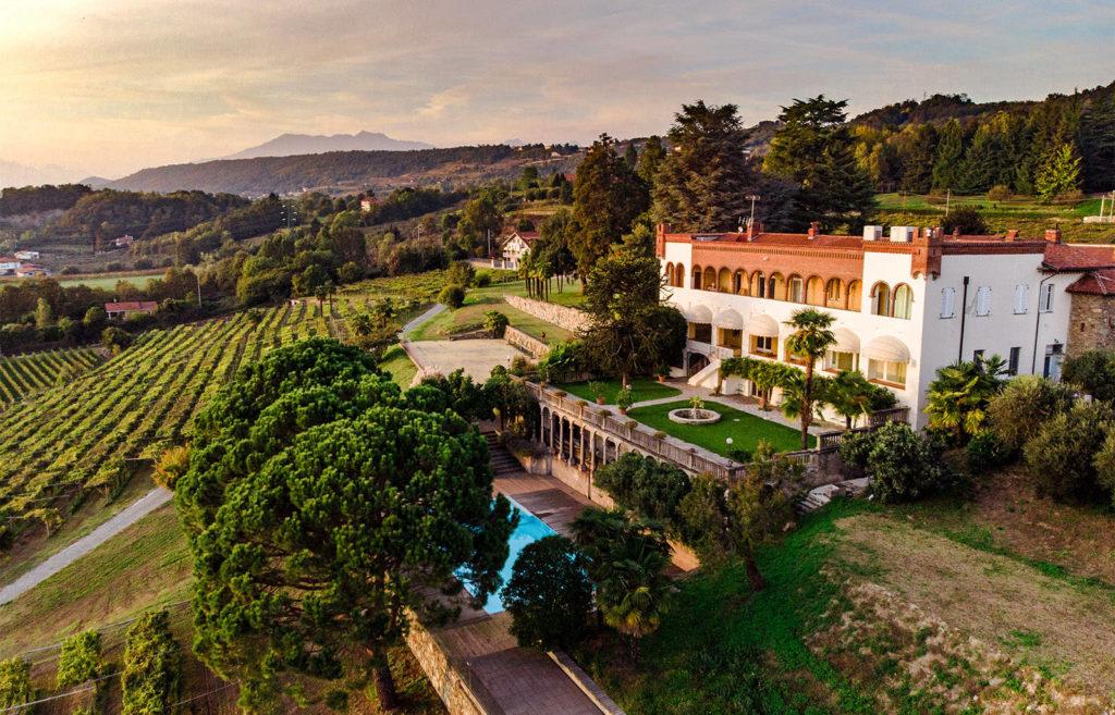 Waterfestival Viverone - una veduta aerea dell'azienda vinicola Cella Grande con un bellissimo immenos casale  e le colline di uve