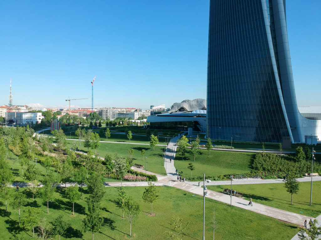 Parco citylife a Milano con un prato grandissimo e un edificio fatto a vela