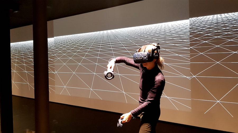 Dancethedistance donna con occhiali virtuali