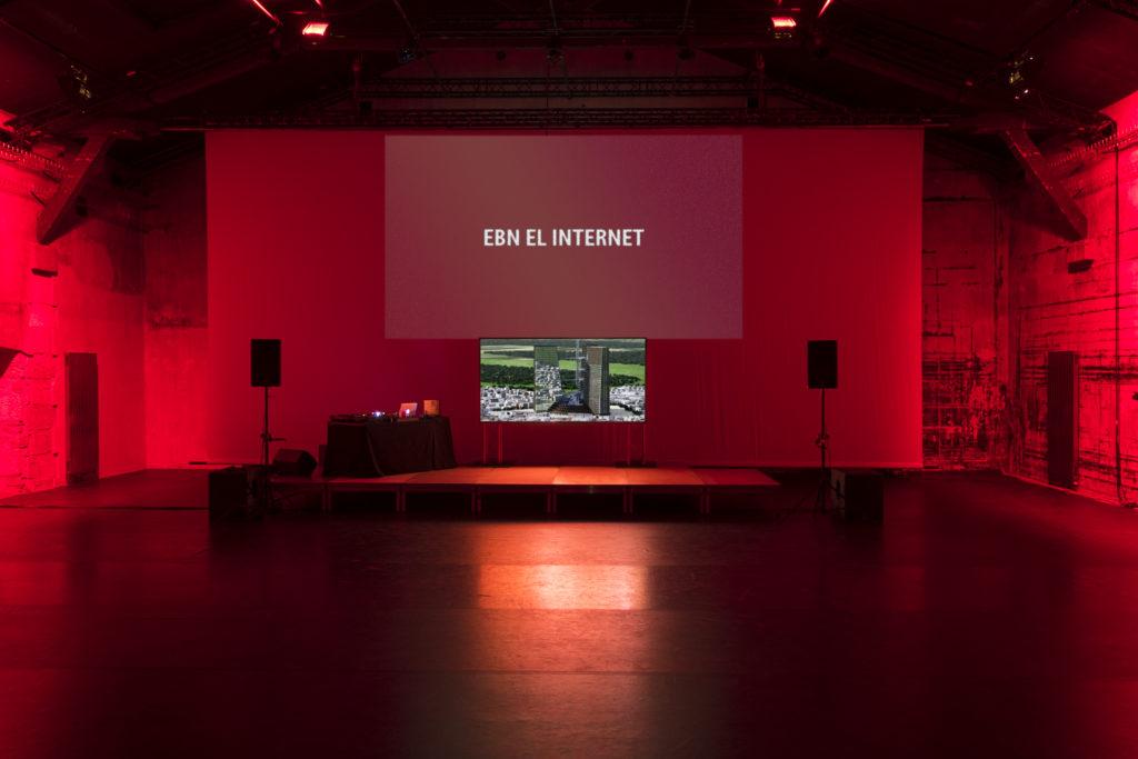 Milano ArtWeek una stanza rossa con luci rosse e uno schermo