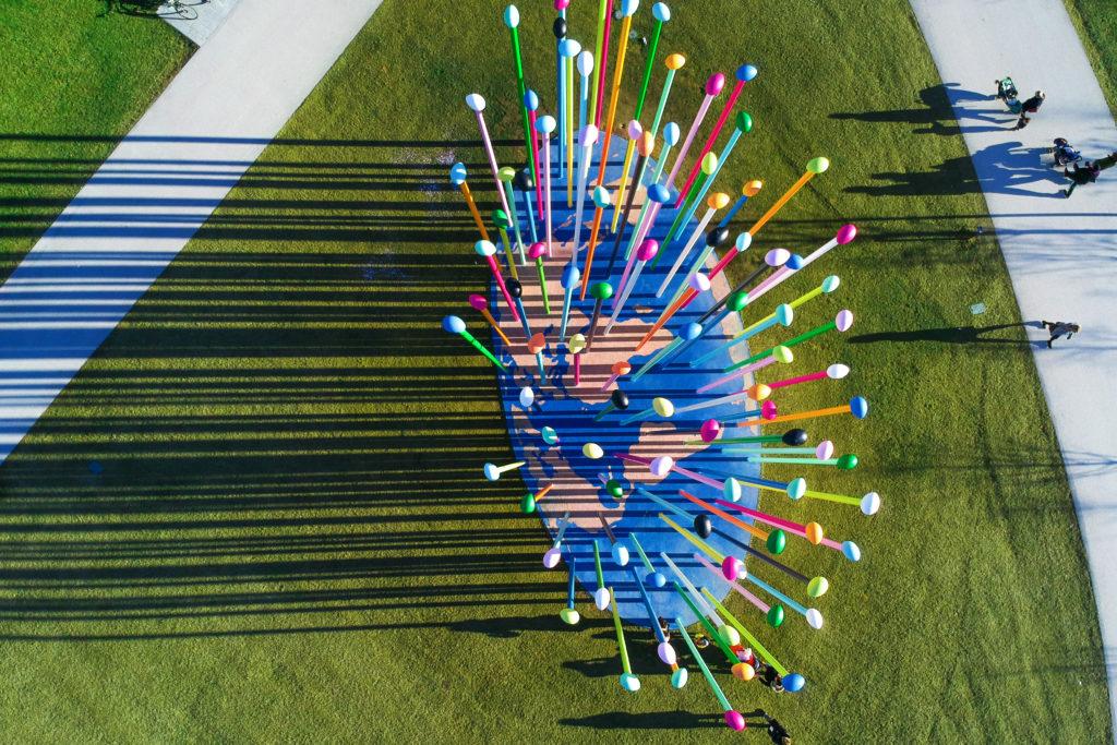 Milano ArtWeek un'opera astratta rappresentante un mappamondo con tanti spiloni colorati puntati sopra