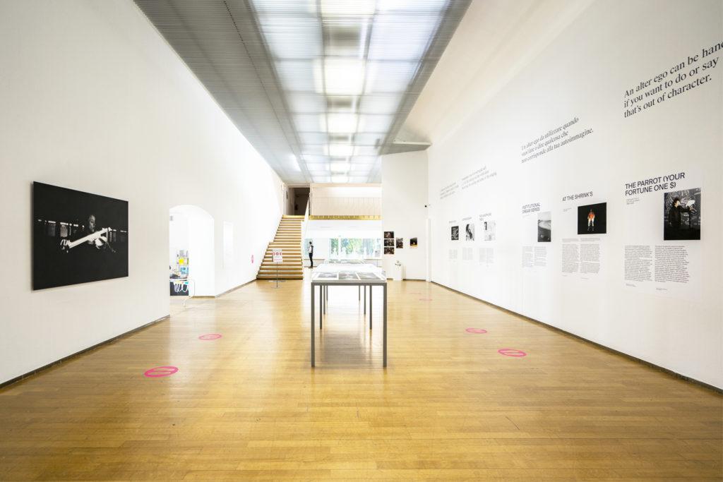 Milano ArtWeek una galleria di fotografie appese