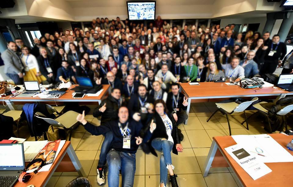 Sanremo 2021 e Covid-19: la sala stampa Lucio Dalla con tutti i giornalisti  seduti per terra in mezzo ai banchi