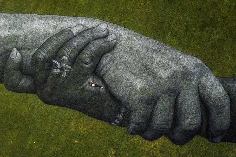 saype l'artista che affresca l'erba e il suo abbraccio a Torino il mondo tra presente e futuro