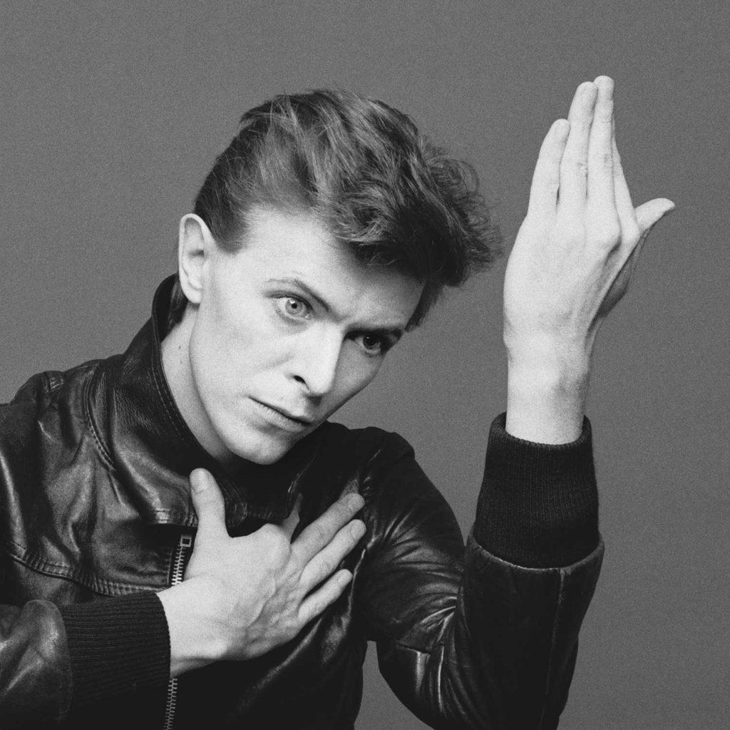 david bowie heroes - la copertina dell'album che ritrae il cantante inglese, con un giubbotto di pelle nera su sfondo grigio
