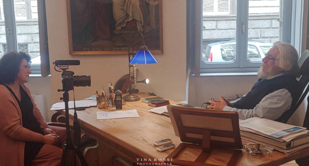 Lockdown Alessandro Meluzzi seduto ad una scrivania con folta barba bianca