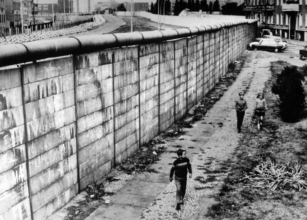 david bowie heroes - una fotografia d'epoca, in bianco e nero del muro di Berlino