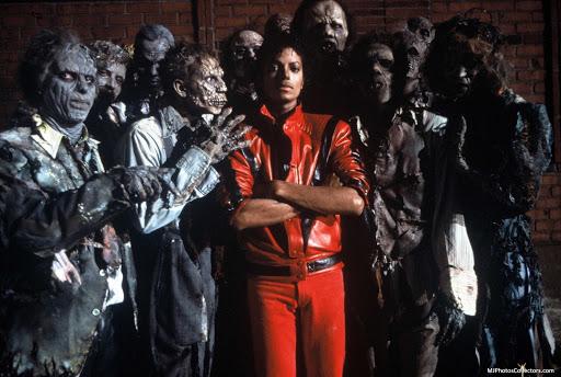 un frammento del video thriller di michael jckson, che ritrae il cantante vestito di pelle rossa, circondato da zombie