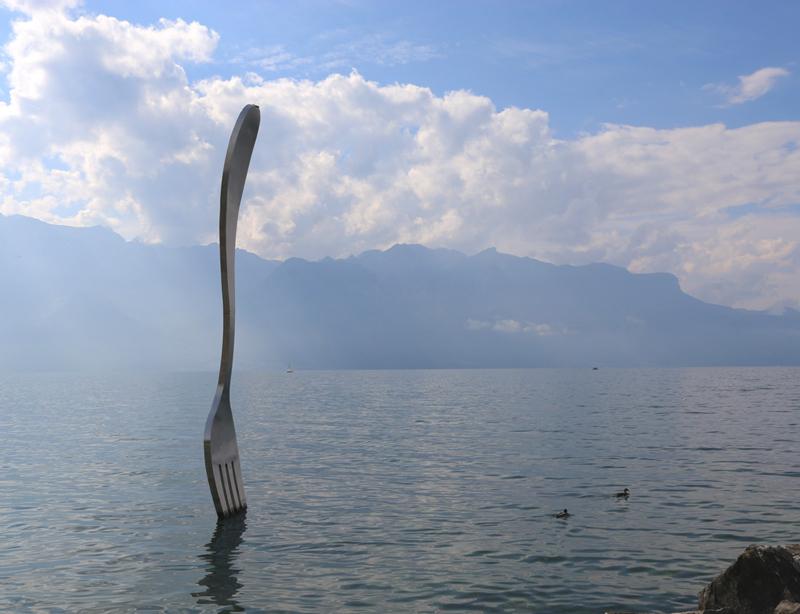 Le sculture e statue  più strane e incredibili del mondo. Una forchetta piantata nel lago.