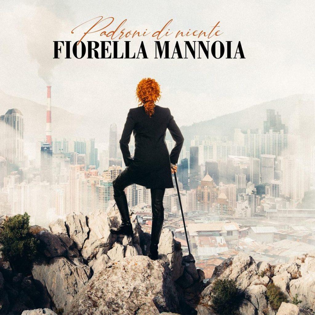 Padroni di niente fiorella mannoia - La copertina del disco che ritrae la cantante di spalle, vestita di nero, i capelli rossi chiusi in una coda, che da una roccia, osserva il paesaggio della città