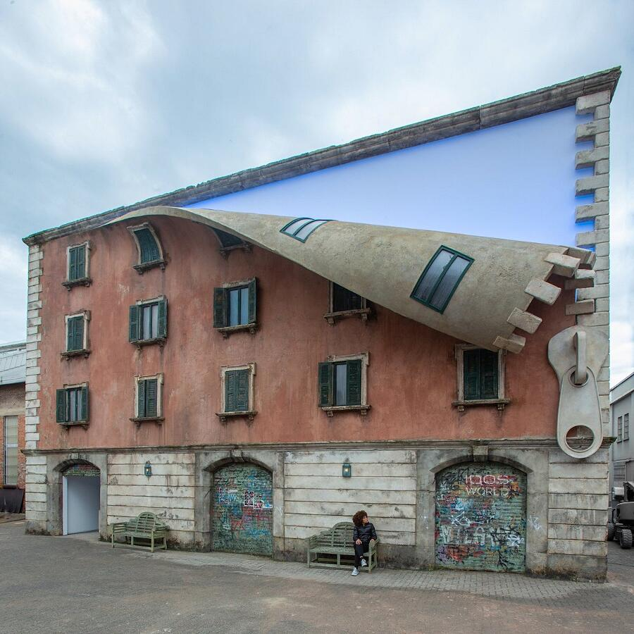 Muri liberi una casa disegna sul muri di una casa e su un latgo una zip che sembra tirare giu la facciata