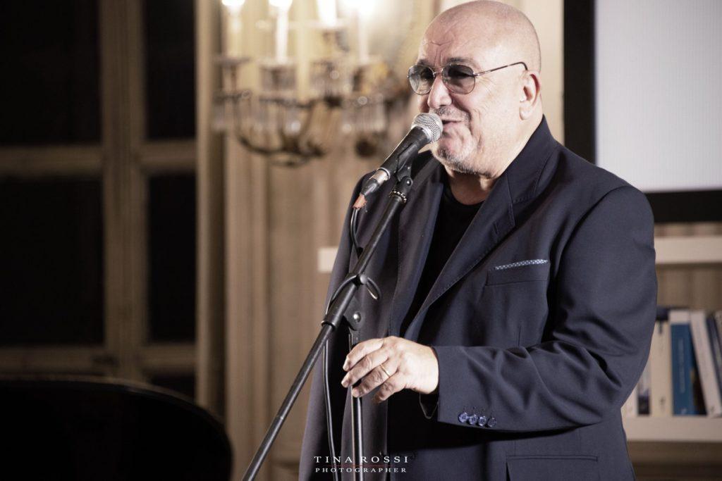 Il Maestro Valerio Liboni canta davanti a un microfono
