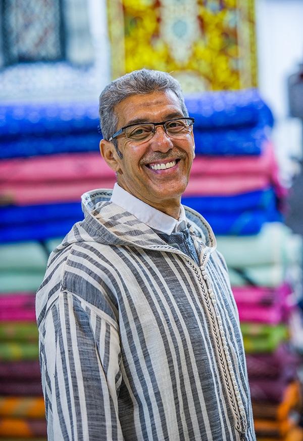 Aziz Mejbar proprietario del negozio Dar Mjber: Shopping Natalizio Virtuale a Marrakesh.