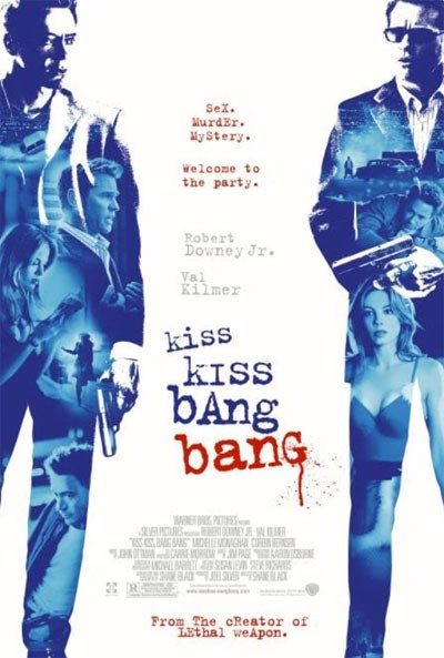 la locandina del film kiss kiss bang bang su sfondo bianco e sui lati due figure maschili colorate di blu