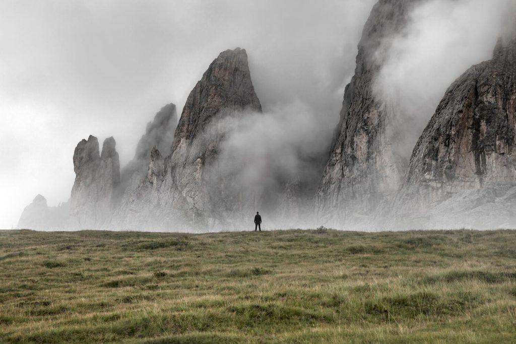 """SMACH 2021 la Land Art è """"fragile"""" sulle Dolomiti. Panorama dolomiti eimmagine simbolo SMACH 2021"""