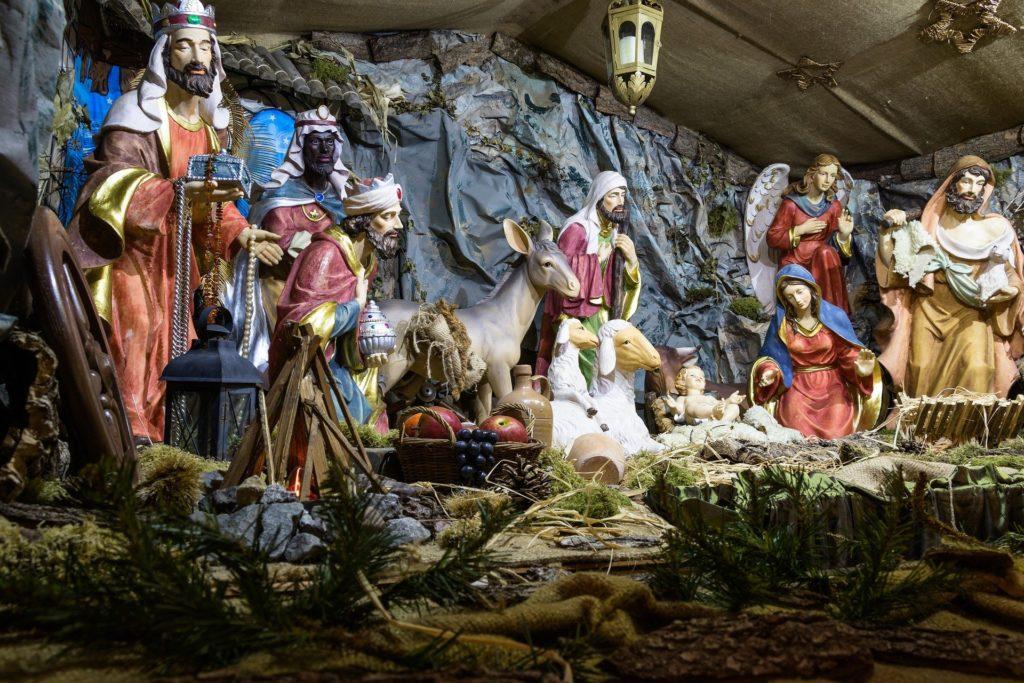 Gesù nel un presepe di natale con le statuine dei re magi, bue, asinello e sacra famiglia
