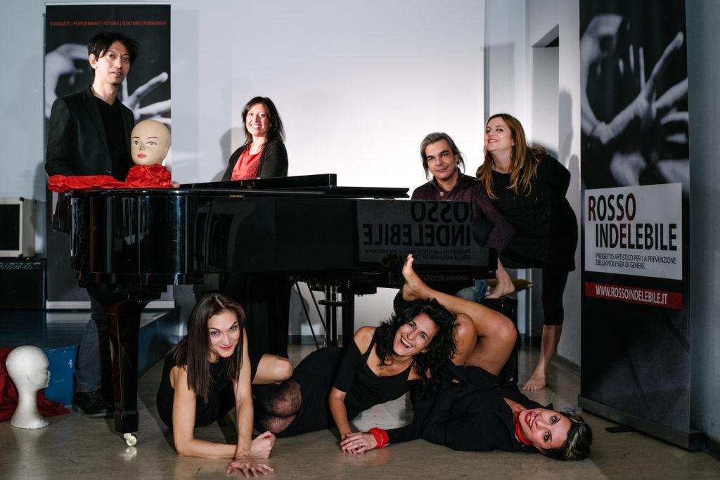 il team di Rosso indelebile appoffiato ad un pianoforte