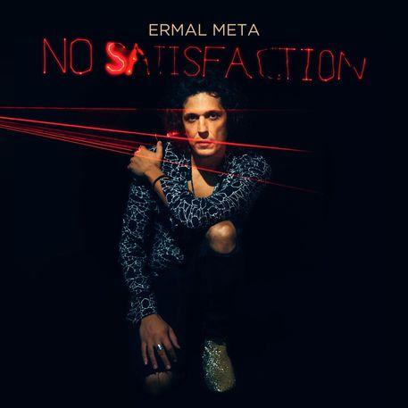 no satisfaction la copertina del dico con Ermal Meta no satisfaction primo piano con camicia nera e blu , sfondo nero, dei raggi laser rossi attraversano la foto