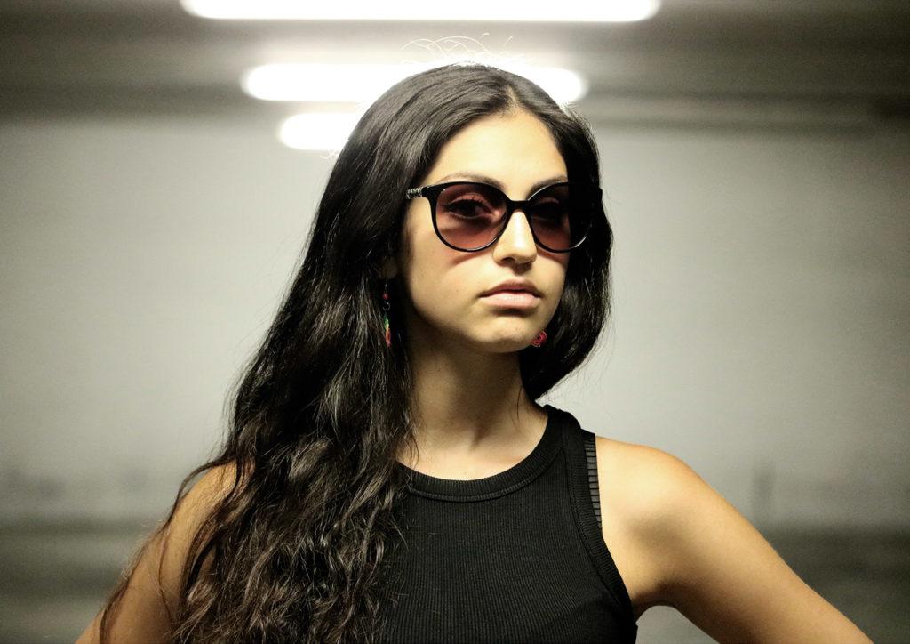 marta brando capelli lunghi scuri, occhiali da sole maglietta nera