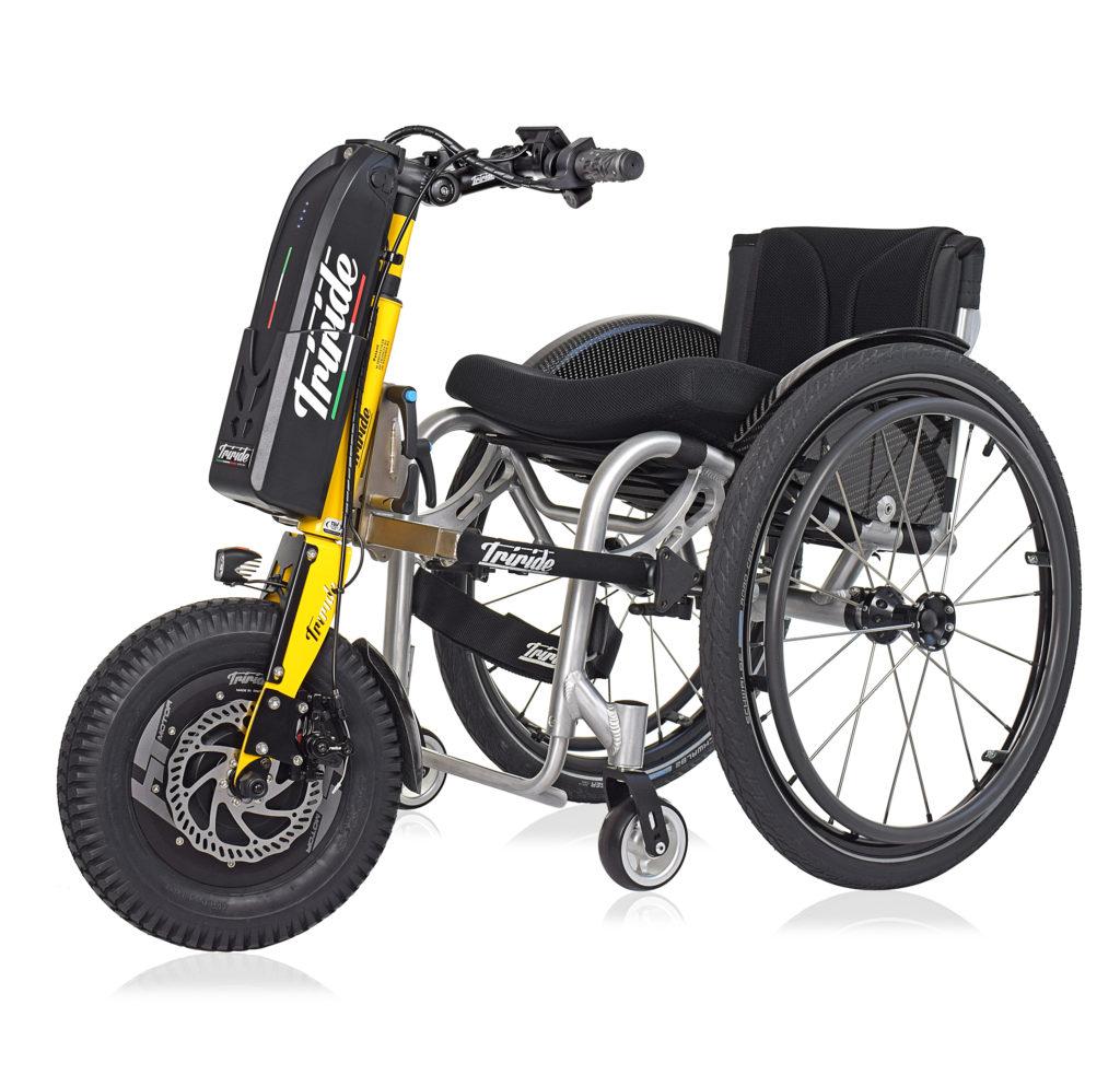 sedia a rotelle elettrica con dispositivo triride montato su una sedia a rotelle manuale