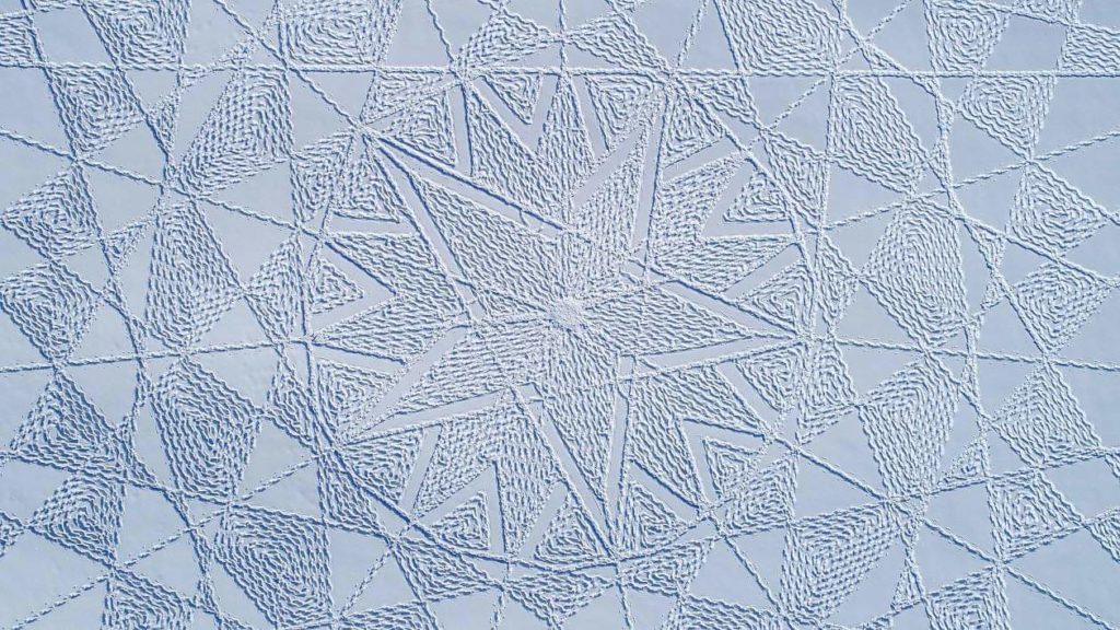 Simon Beck : pennelli di orme su una tela di neve.