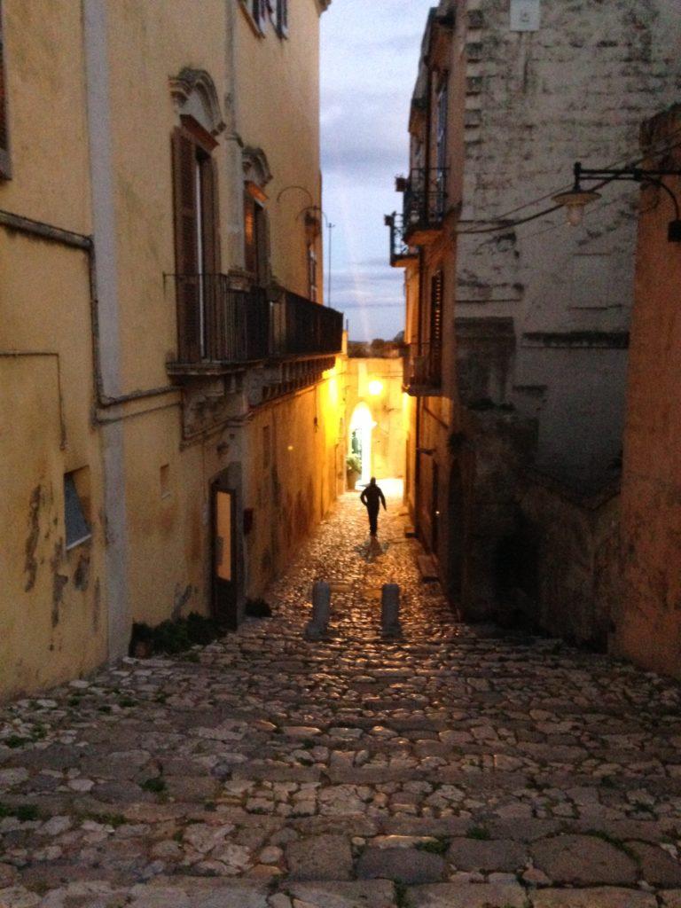 Matera, loa veduta di un vicolo della citta con mura e case antiche