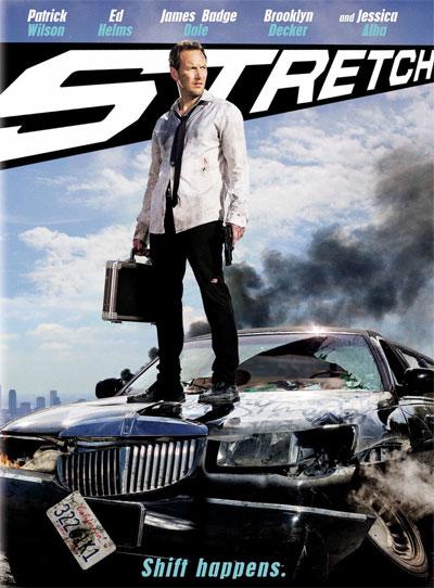 Uomo con una valigia in piedi su una macchina sfasciata