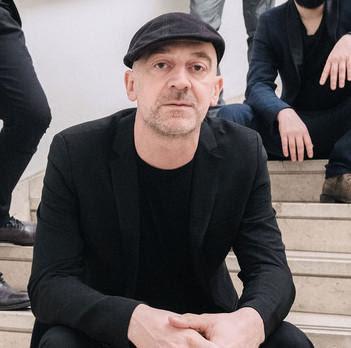 #senzafestival - Tommaso cerasuolo con maglia nera e coppola in testa, seduto con i gomiti appoggiati sulle ginocchia