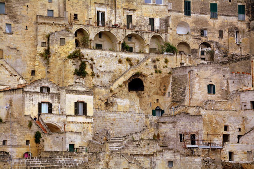 Una vista della mpntagna di Matera con le case scavate nella roccia