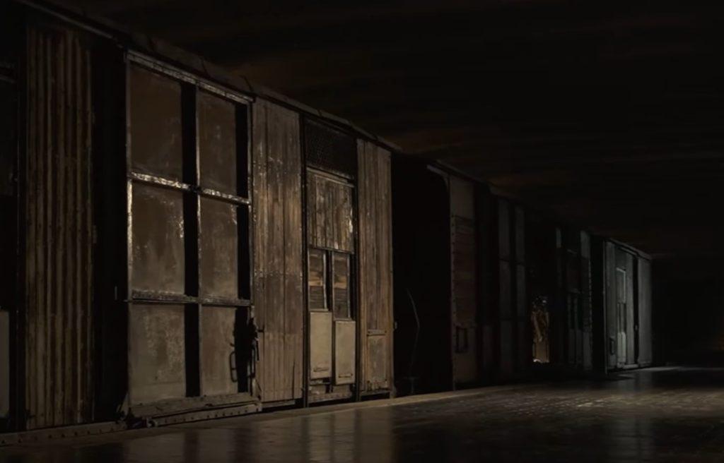 Milano binario 21 - dei vagoni di un treno fatti di legno