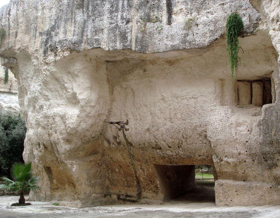 Una latomia, cioè una caverna nella roccia bianca della montagna