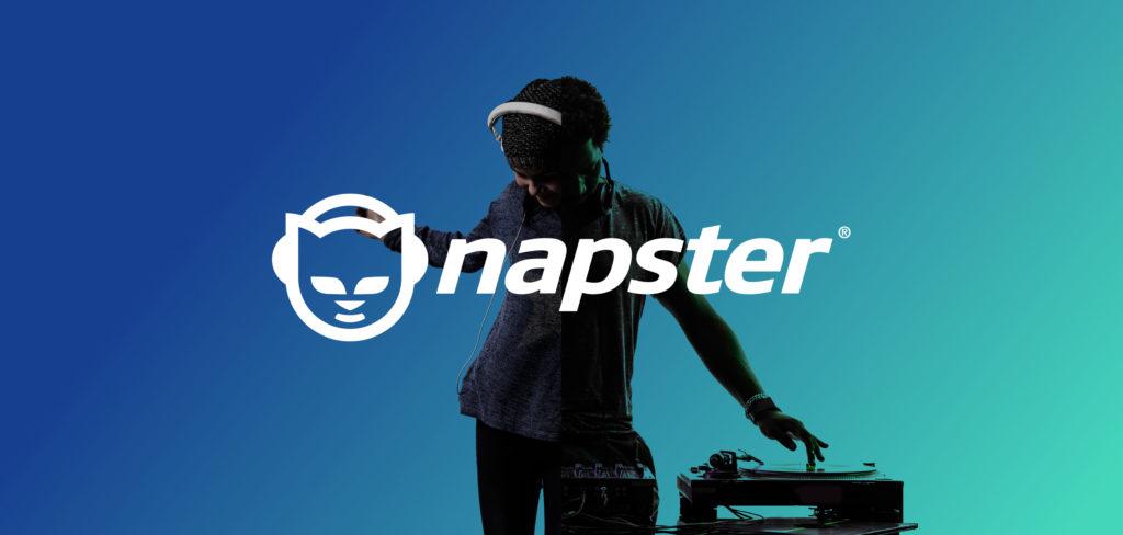 supernatural carlos santana: nella foto il logo di napster, il programma di condivisione musicale, con lo sfondo di un uomo con le cuffie in testa, le mani appogiate a un giradichi