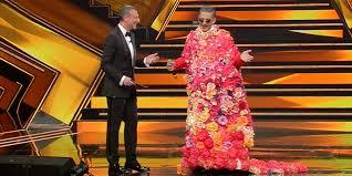 #sanremo 71/1 - amadeus e fiorello, vestito da donna, sul palco del tatro aristo, durante la prima puntata
