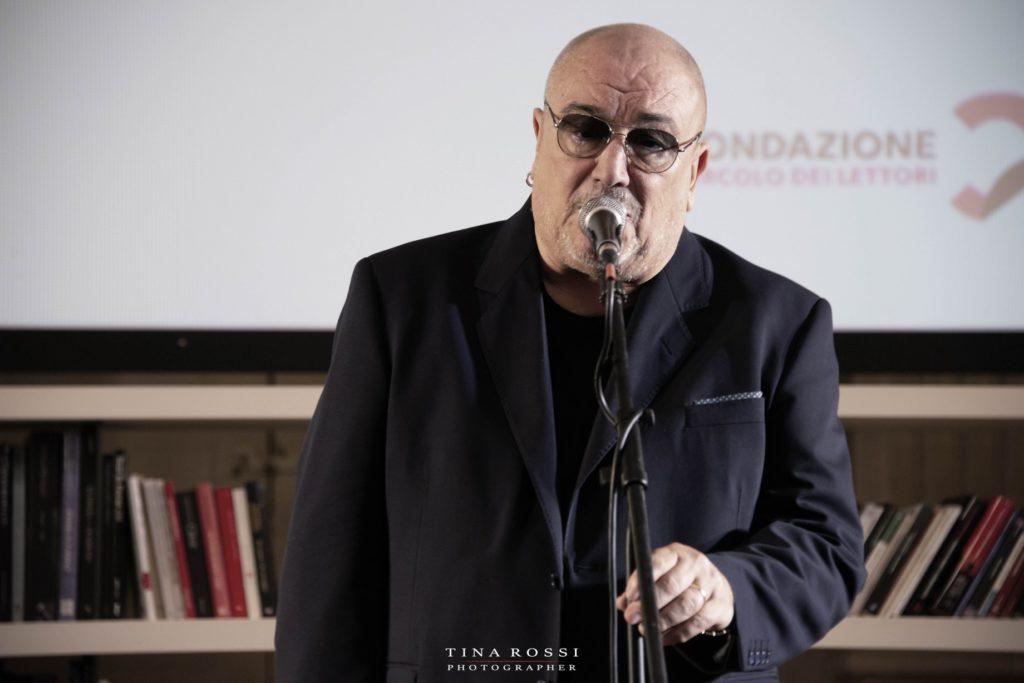 sanremo 2021 serata finale - valerio liboni in concerto, davanti al microfono, indossa maglia e giacca nere