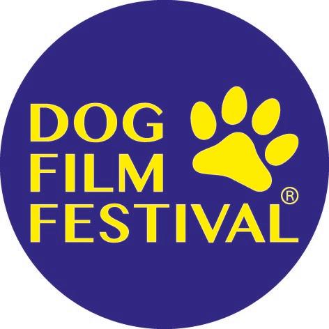 Dog Film Festival il logo con la scritta gialla in un pallino blu, con un'impronta di zampa sulla destra