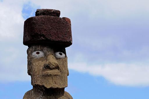 Una testa Moai completo a Tahai.con grandi occhi bianchi disegnati e sul capo un copricapo rotondo in pietra