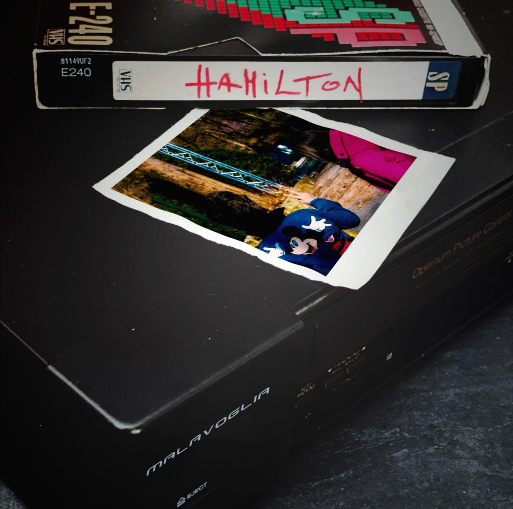 malavoglia hamilton - la copertina del singolo che inquadra una vecchia cassetta vhs sopra un videoregistratore