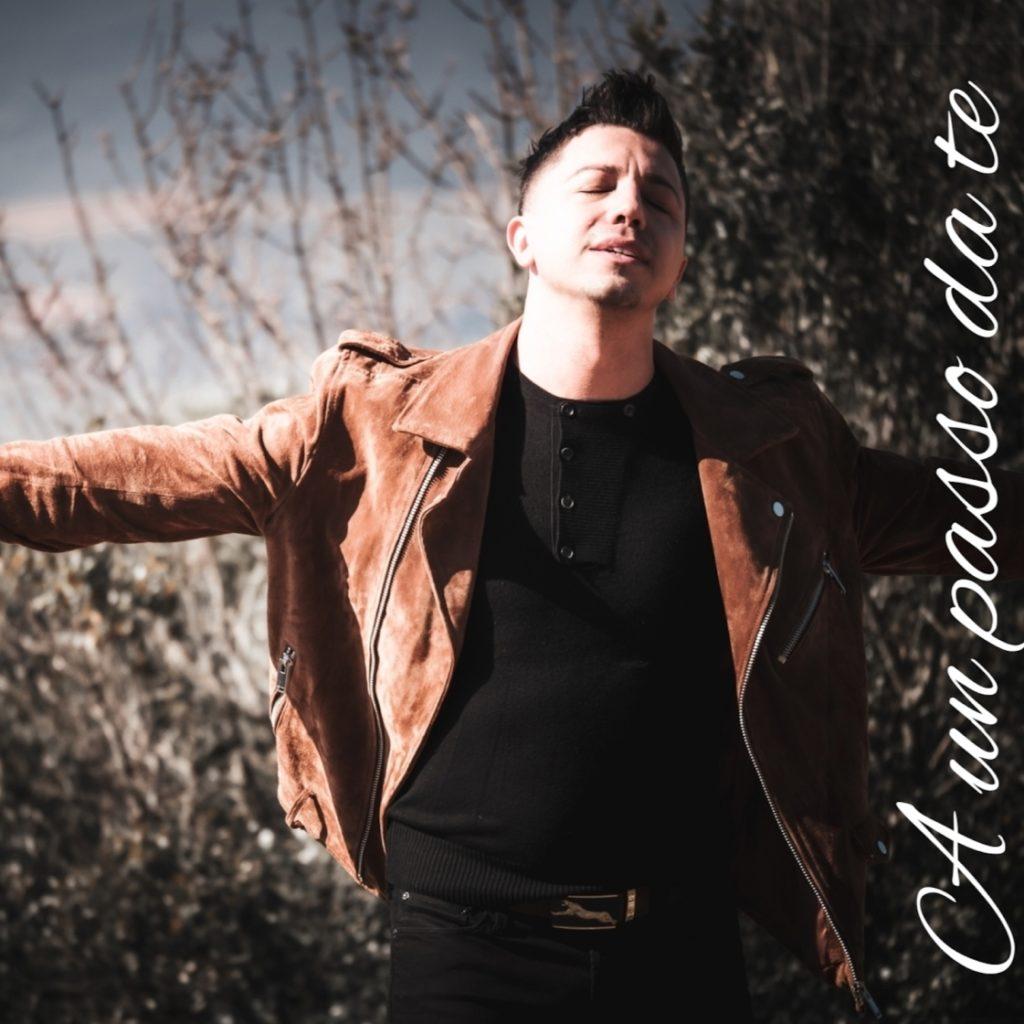 savot - la copertina del singolo che ritrae il cantante siciliano che indossa pantaloni e maglia nera, con un giubbotto di pelle marrone