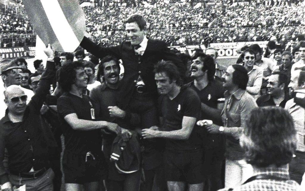 Lucio Battisti - Nella foto Gigi Radice, portato in trionfo dai giocatori del Toro, il giorno dello scudetto, il 24 maggio 1976