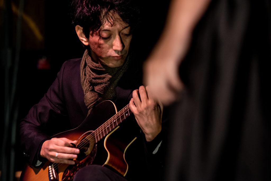 Violenza e disparità economica: se ne parla con l'arte al MdR di Torino. Jordan D'Uggento alla chitarra.