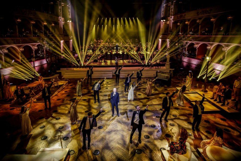 Claudio Baglioni durante le prove dello spettacolo con tanti ballerini con le luci gialle