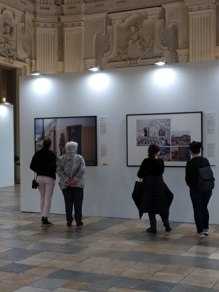 Visitatori che ammirano gli scatti esposti.