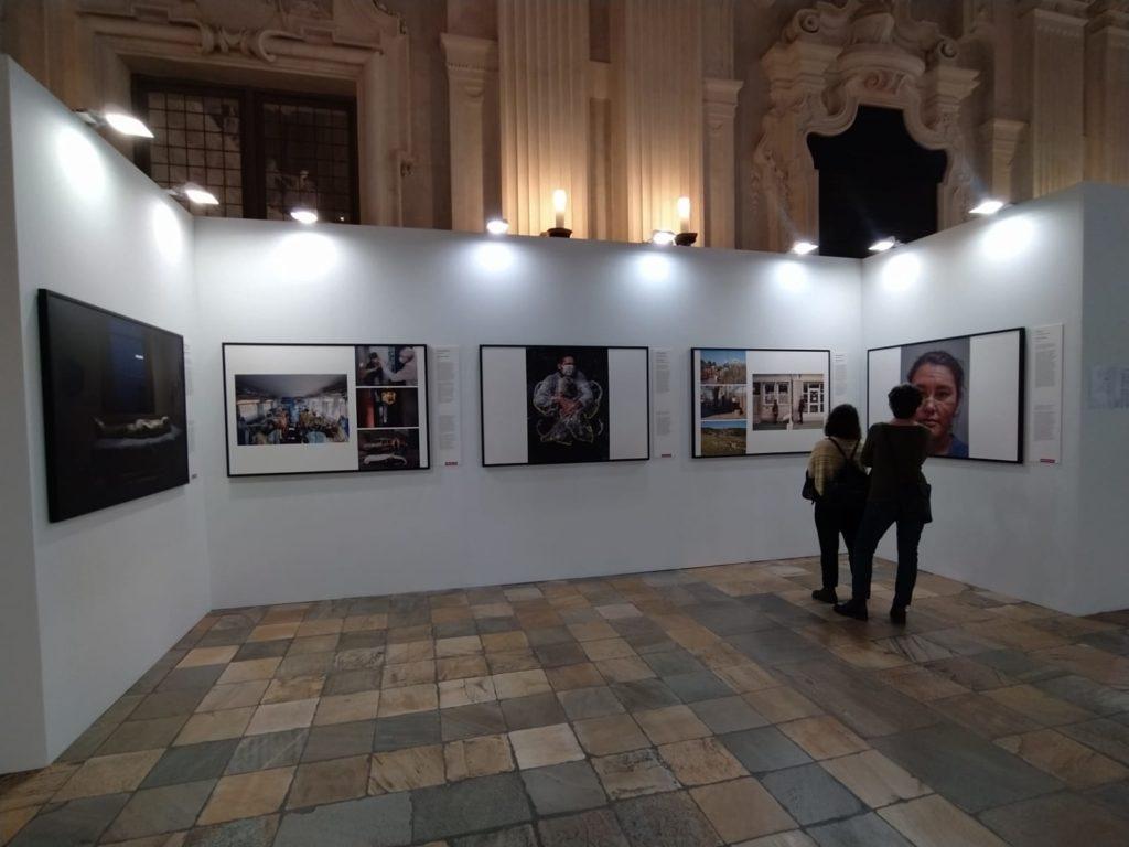 159 scatti di World Press Photo Exhibition 2021 a Torino Palazzo Madama. Allestimento e persone in visita alla mostra