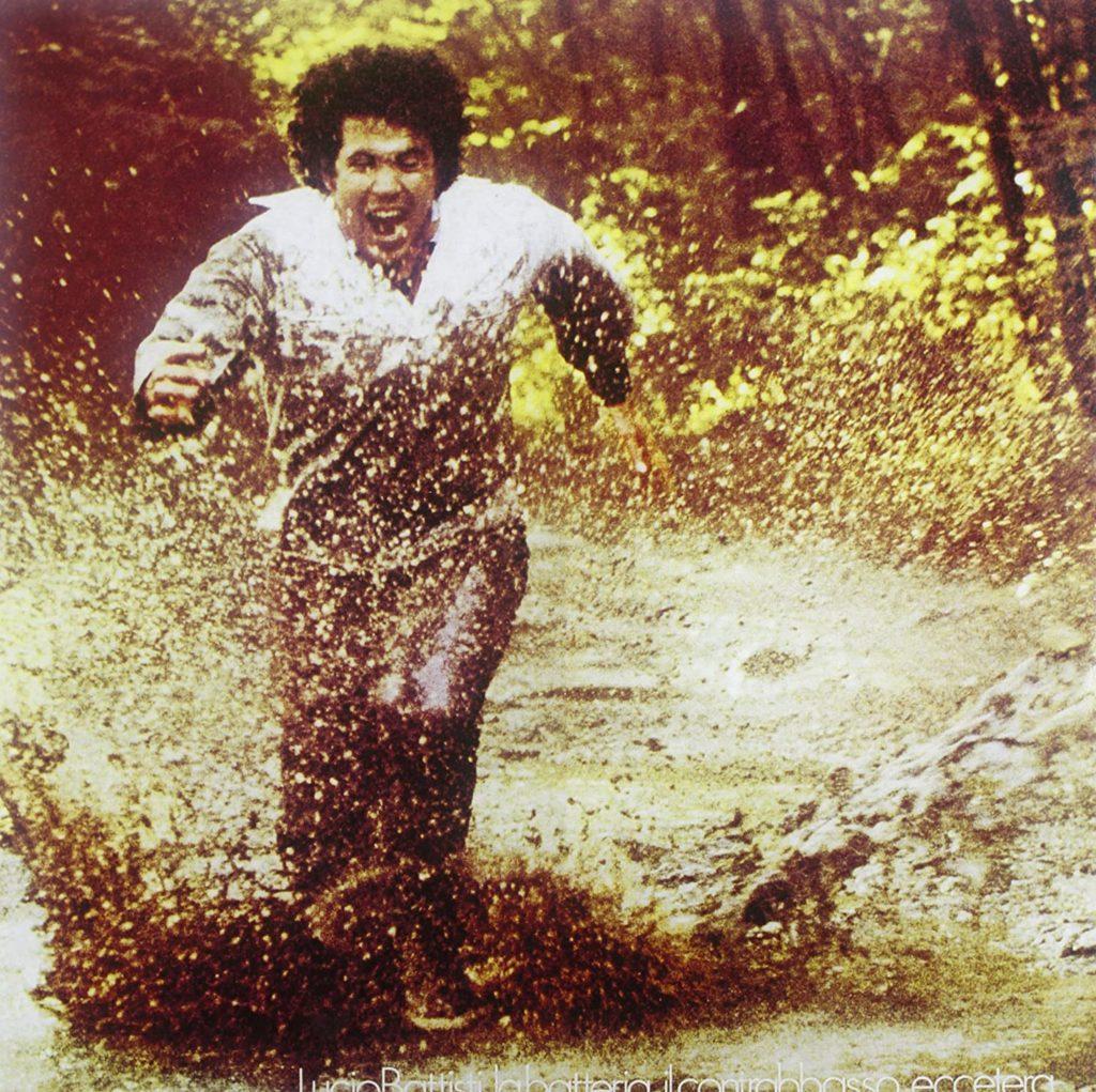 Lucio Battisti, la batteria, il contrabbasso, eccetera - la copertina che ritrae l'artista ciociaro che corre nel fango